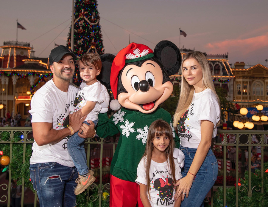 #DisneyFamilia: Luis Fonsi enjoys a Feliz Navidad at Magic Kingdom Park!