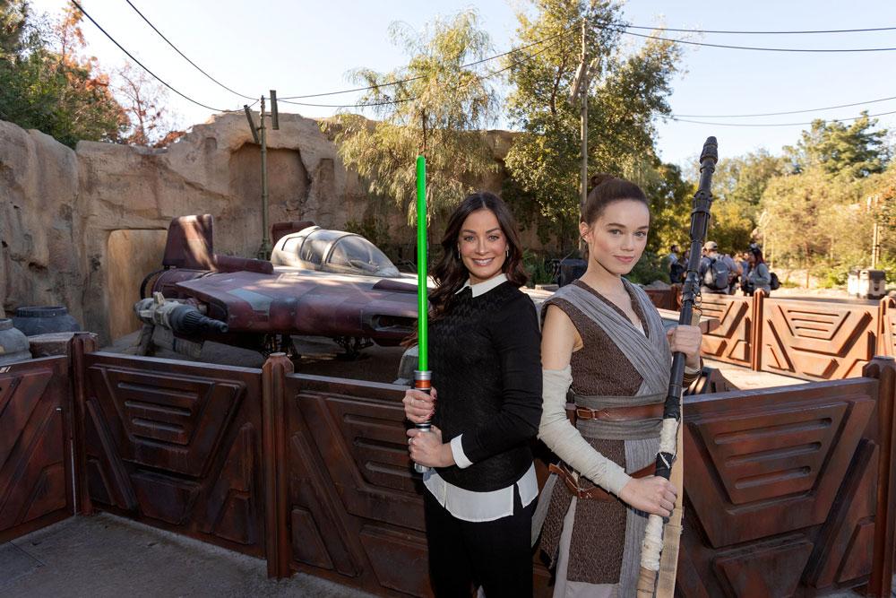 #DisneyFamilia: Dayanara Torres Explora Star Wars: Galaxy's Edge While Vacationing at Disneyland Park